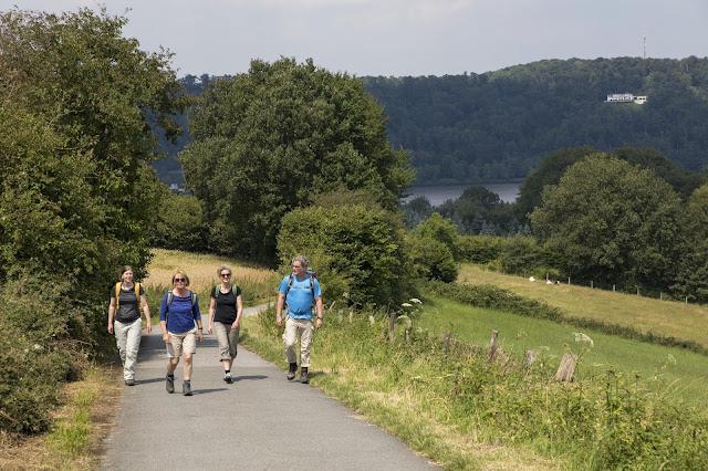 Vier Wanderer auf dem neuen BadeneySteig
