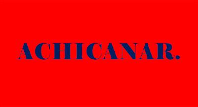 A imagem de fundo vermelho e caracteres em azul diz: achicanar.