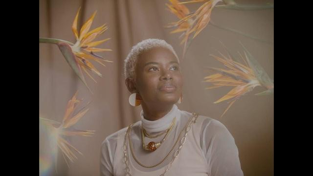 """Pedro Mann fala dos encontros e desencontros que marcam as paixões em uma poesia visual no clipe de """"Faz Tempo"""""""