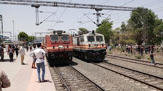 बुरहानपुर और खण्डवा के बीच फंसी 20 ट्रेने यात्रियों के रोटी, पानी और हवा के लाले