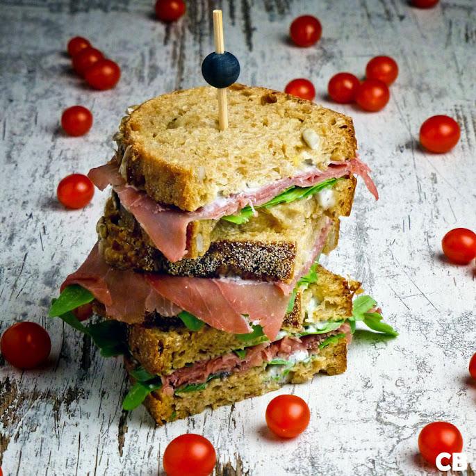 High tea-sandwiches met bresaola, truffelmayonaise en rucola