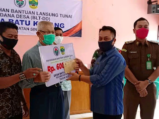 Wakil Bupati Lingga Serahkan BLT- DD di Desa Lanjut dan Batu Kacang