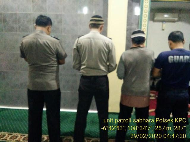 Anggota Polsek Selatan Timur Polres Cirebon Kota Rutin Sholat Subuh Berjamaah