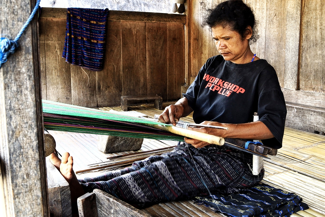Proses Penenunan Kain Ikat Timor Khas Bena