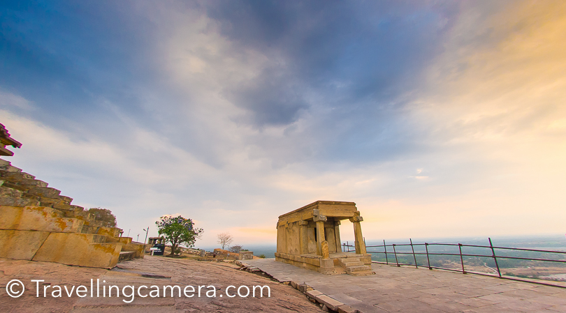 I enjoyed clicking photographs when we were going down from Sravanabelagola temple, mainly because of these beautiful colors in the sky. On the way, there are some beautiful structures which help you compose shots very well.
