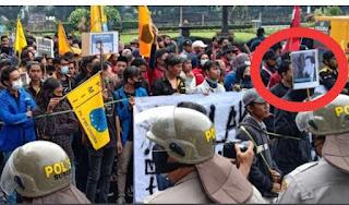 Polisi Amankan Pembawa Poster Jokowi Berhidung Panjang