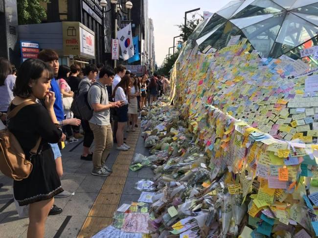 Nota en favor de las mujeres en la salida 10 de la estación de metro de Gangnam en Seúl