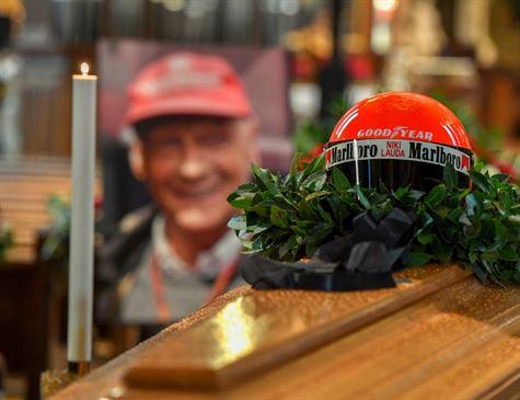 Sob olhar de campeões, Niki Lauda é enterrado na Áustria