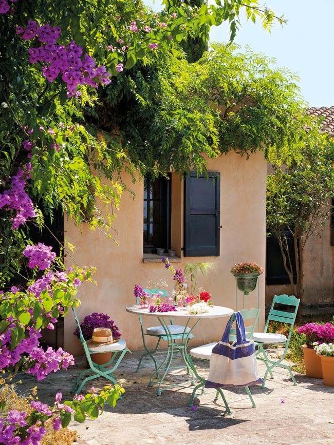 Dom ze wspaniałym ogrodem i jadalnią na świeżym powietrzu, wystrój wnętrz, wnętrza, urządzanie domu, dekoracje wnętrz, aranżacja wnętrz, inspiracje wnętrz,interior design , dom i wnętrze, aranżacja mieszkania, modne wnętrza, styl klasyczny, classic style, styl rustykalny, taras, ogród, patio, weranda,