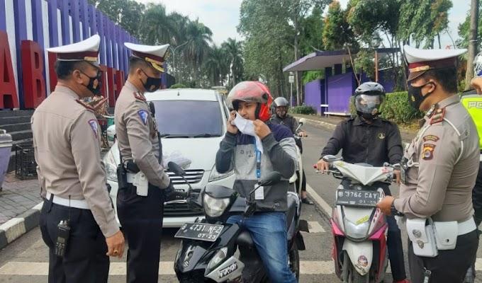 Dorong PPKM, Polresta Tangerang, Kodim dan Pemkab Bagikan 11.800 Masker di 115 Titik