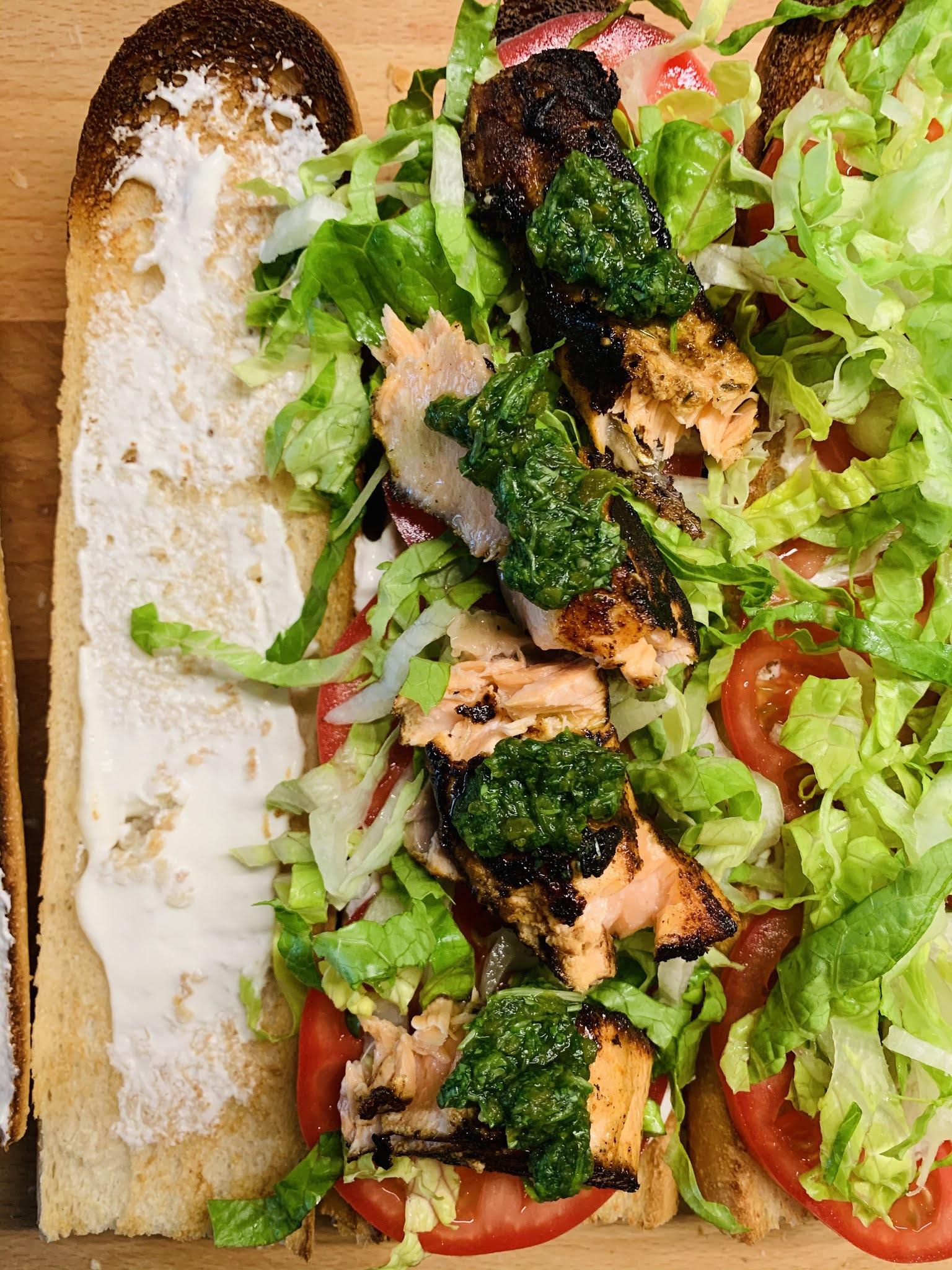 Cajuńska kanapka z łososiem i salsą jalapeno