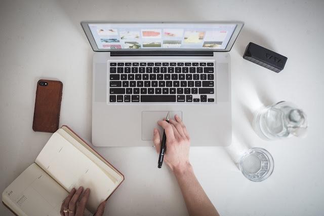 العمل على كتابة المقالات على شبكة الانترنت