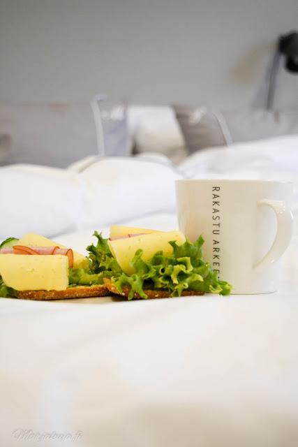 aamupala sängyssä