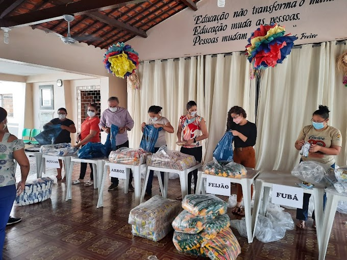 Antônio Martins acompanha a montagem dos kits da merenda escolar que serão distribuídos aos alunos da rede municipal