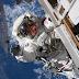 Un umanoide  fotografato nel riflesso di una tuta spaziale