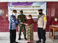 Hanif Syaifulloh,SE kepala desa Winong Jetis,bersama tiga pilar serahkan bantuan langsung tunai kepada warganya