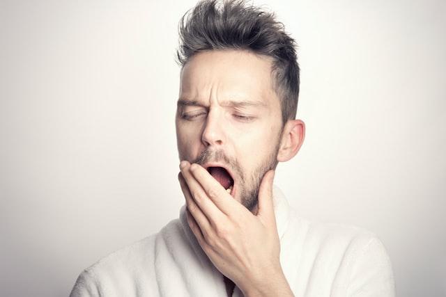 Hombre joven bostezando