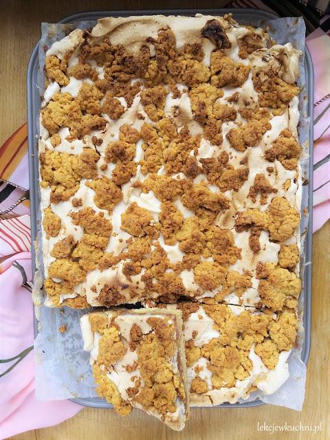 Kruche ciasto z rabarbarem, bezą i kruszonką przepis
