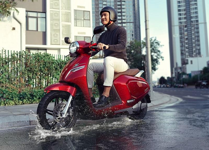 Với điều kiện thời tiết tại Việt Nam, việc đáp ứng tiêu chuẩn chống nước IPX7 sẽ giúp xe máy điện vận hành bền bỉ và an toàn cho người sử dụng