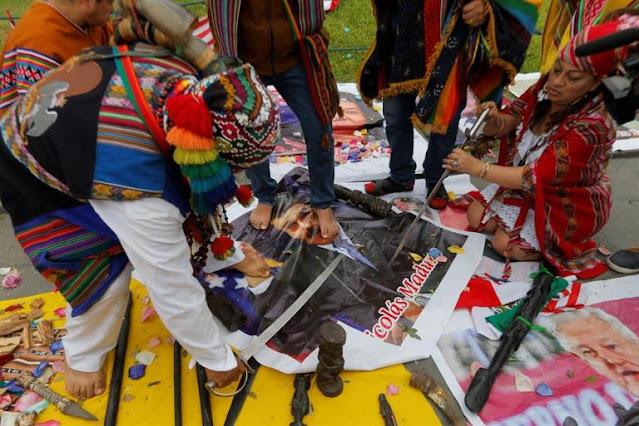 Chamanes peruanos destruyen foto de Maduro para despedir al terrible 2020