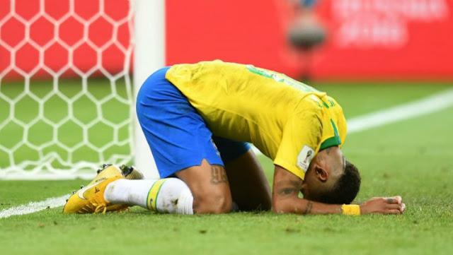 Bintang Timnas Brasil, Neymar, tersungkur usai dikalahkan oleh Belgia