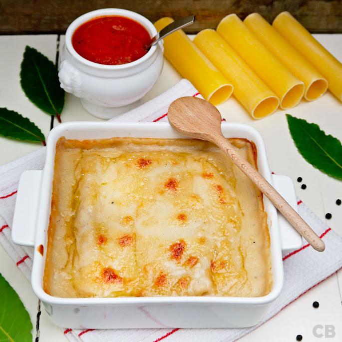 Cannelloni met stoofvlees en bechamelsaus geserveerd met tomaat-basilicumsaus