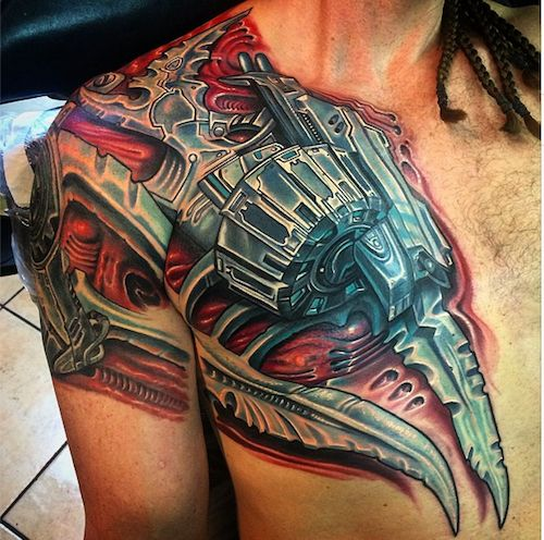 Tatuaje Biomecanico en el petoral