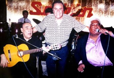Foto de Oscar Avilés con cantantes criollos