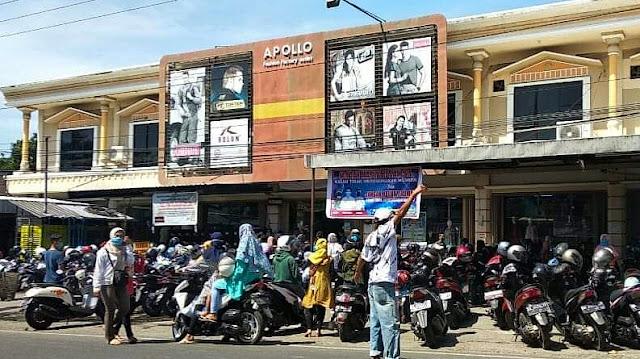 Toko Pakaian Diserbu Pembeli, Netizen : Nanti Malam Kita Solat Tarawih di Masjid