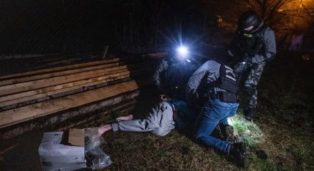 Mezítláb menekült a rendőrök elől a kábítószer-terítő – videó!