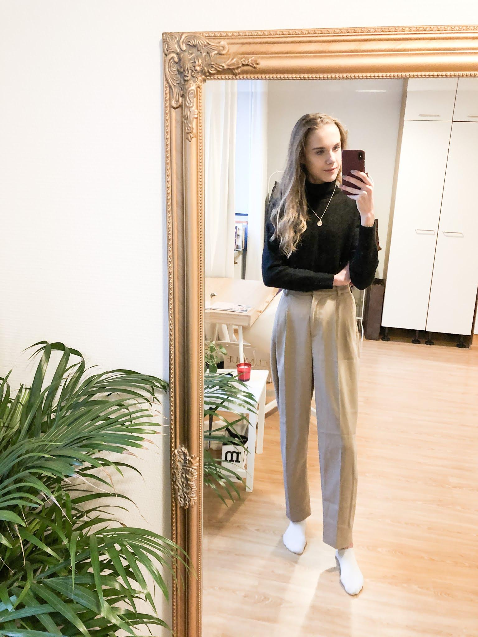 Musta kasmirpoolo ja beiget housut // Black cashmere rollneck jumper and beige trousers
