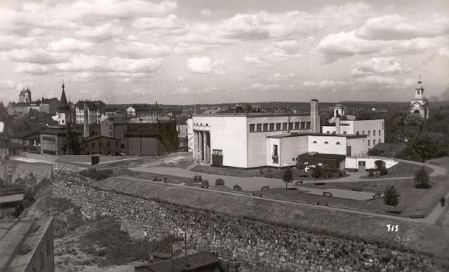 Kaupunkinäkymä, Viipurin taidekoulu ja -museo sekä muuta kaupunkia. Mustavalkoinen valokuva.