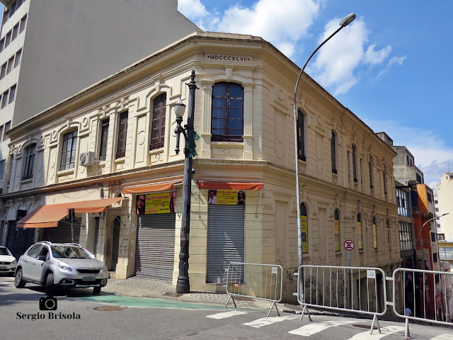 Vista ampla da antiga edificação na esquina da Rua Florêncio de Abreu com a Rua Constituição - Centro - São Paulo