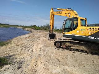 Departamento de Obras da Ilha realiza limpeza  de 8 km do rio Barra Velha, no Viaréggio
