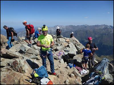 Concurrida la cima del Midi un día bueno de agosto