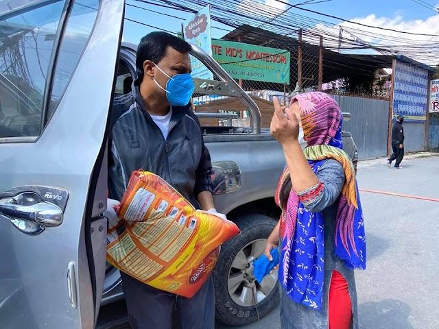 लकडाउनमा सांसद दवाडी : चुल्हो नबलेकालाई राहत वितरण गर्दै (फोटोफिचर)