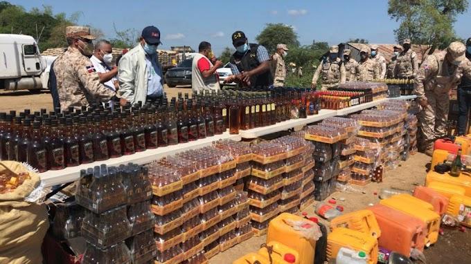 Autoridades militares destruyen miles de litros de licores introducidos al país de contrabando
