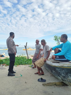 Stop Penyebaran Covid 19, Bhabinkamtibmas Pulau Kodingareng Imbau Warganya Mengenai Protokol Kesehatan