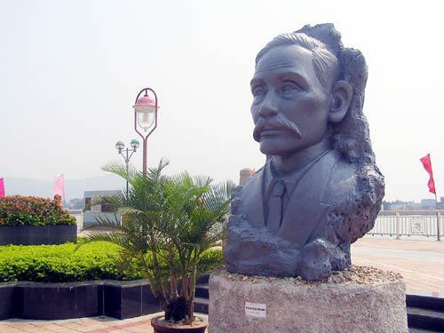 Tượng cụ Phan Chu Trinh