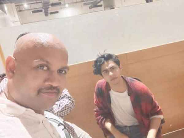 News, National, India, Mumbai, Bollywood, Case, Drugs, Police, Pune Police issues lookout notice for man in viral selfie with Aryan Khan at NCB office