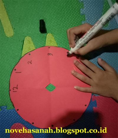 menuliskan angka-angka pada piringan jam