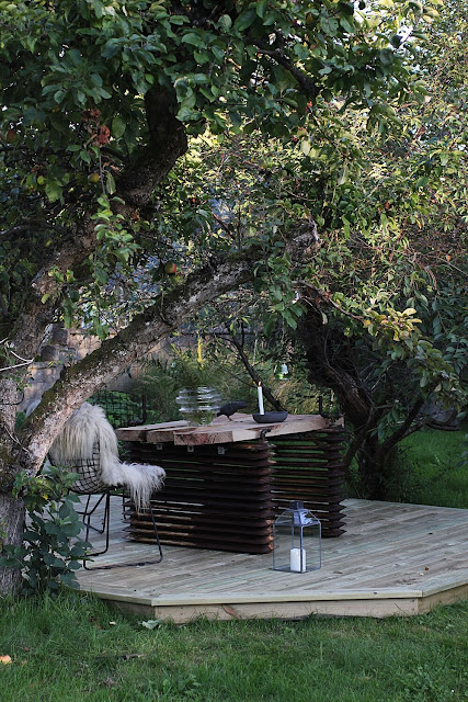 annelies design, webbutik, webbutiker, webshop, nätbutik, nätbutiker, inredning, trädgård, trädäck, trädäcket, uteplats, uteplatsen, diy bord, element, ekplanka, ekplankor, stol, stolar, väderbeständig, stå ute året om, åttakantig, åttakantiga, åttakantigt, träd, mellan träd,