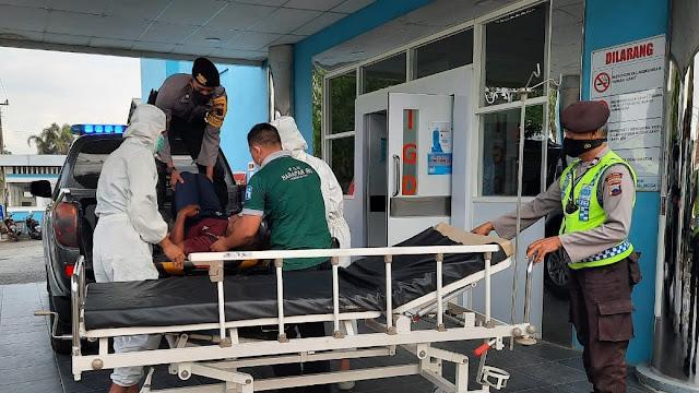 Polisi Evakuasi Lansia Jatuh Tergeletak di Trotoar Pinggir Jalan Kalimanah