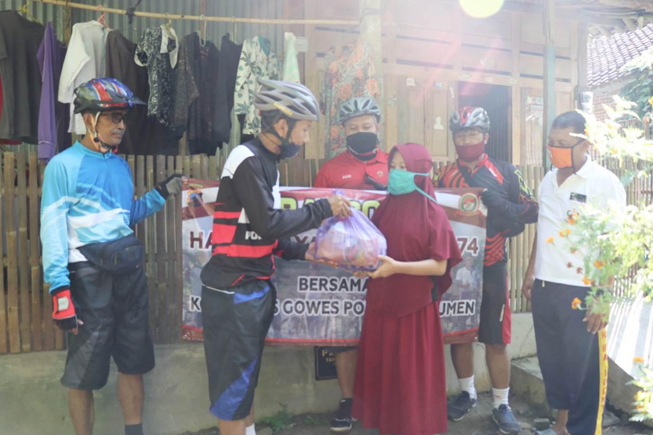 Komunitas Gowes Polres Kebumen Bersepeda Sambil Bagikan Sembako
