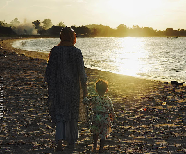 foto bersama anak di pantai siring kemuning