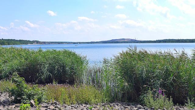 Blick auf den Markkleeberger See mit Bergbau Technik Park im Hintergrund