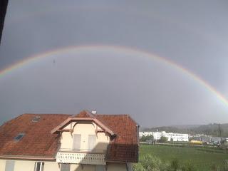 Ein Regenbogen über dem Nachbarshaus vom PC Doc.