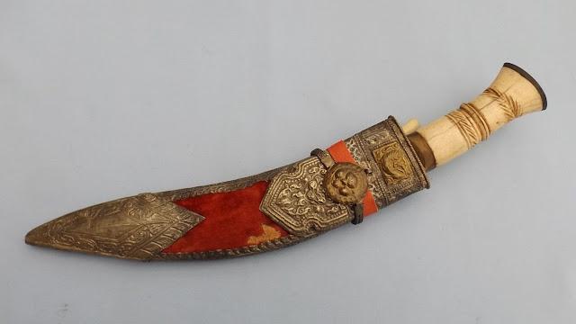 Dao Khukuri là một món quà thủ công vô cùng tinh tế. Những con dao nổi tiếng này được sử dụng bởi Gurkha, những người lính Nepal. Do đó, Khukuri chính là biểu tượng cho chiến thắng, cho lòng dũng cảm. Lưu ý là nếu lựa chọn mua dao Khukuri mang về thì bạn nên nhớ ký gửi hành lý.