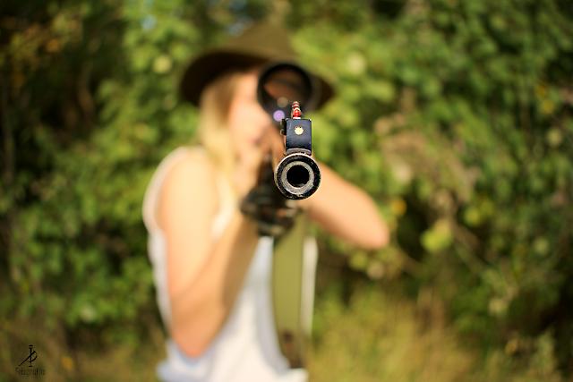 Dziewczyna ze strzelbą