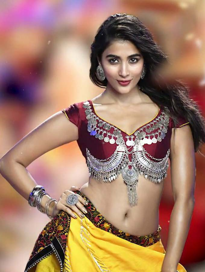 Pooja Hegde Hottest Photos showing her Navel